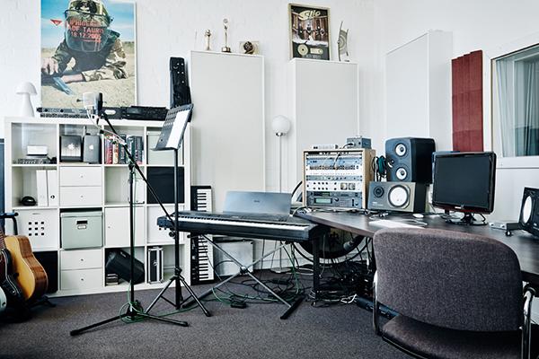 LS_studio1_400x400px